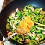 ゴーヤー、豚肉、味噌だけをひたすら炒める